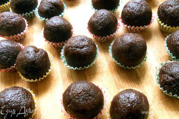 Сформировать конфеты и до подачи хранить в холодильнике! Очень вкусно, текстура намного интереснее, чем с вафлями:)