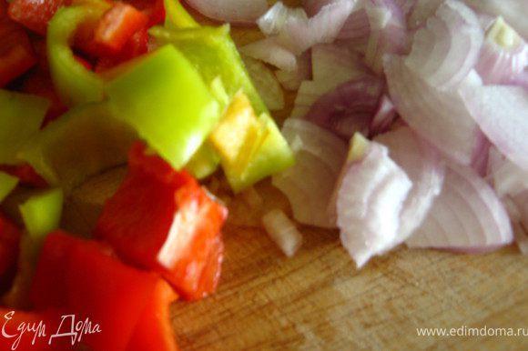 Чеснок порезать мелко. Лук и перец порезать вдоль на 4 части, затем соломкой. Лук тонкой, а перец толщиной 1,5-2см/