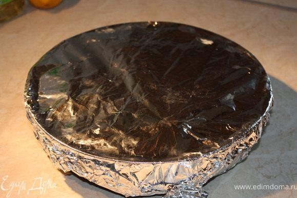 На тесто равномерно выложить фрукты. Плотно накрыть фольгой и поставить в духовку на 40 мин при 180С