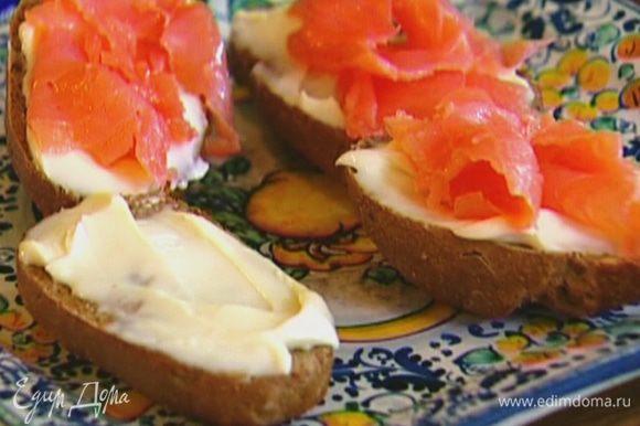 Намазать подсушенный хлеб плавленым сыром, выложить сверху семгу.