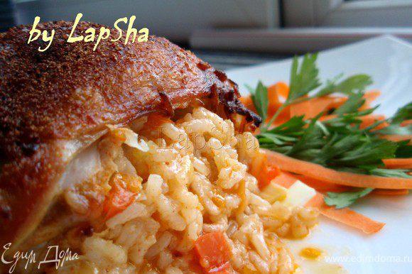 Вот она какая нарядная получается. Рис пропитывается соками курицы и становится очень вкусным гарниром. Так же огромный плюс, что кости нет, кушать очень удобно! Приятного аппетита!