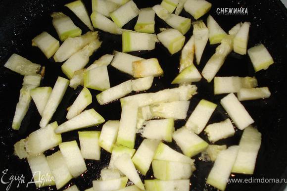 Кабачки надо нарезать кусочками (брусочками, длинными полосками, кубиками), так, чтобы удобнее было жарить.