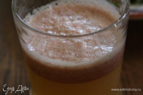 Поместить все ингредиенты в соковыжималку и отжать сок.