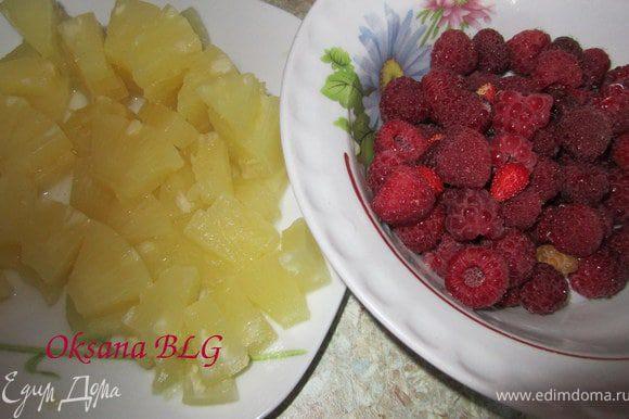 Малину помыть, ананасы порезать небольшими кусочками.