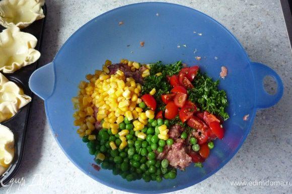Дать стечь воде с кукурузы. Томаты черри помыть и нарезать на четвертинки. Петрушку порубить. Кукурузу, томаты, петрушку и горошек добавить в фарш и перемешать.