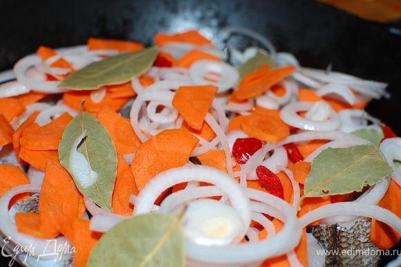 В посуду(кастрюля,сотейник,жаровня) с толстым дном положите рыбу,затем переслоите овощи и лавровый лист.