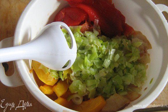 С запечённых перцев удалить семена и кожицу,с груш тоже снять кожуру,сложить в подходящую посуду все подготовленные ингредиенты,измельчить с помощью блендера,