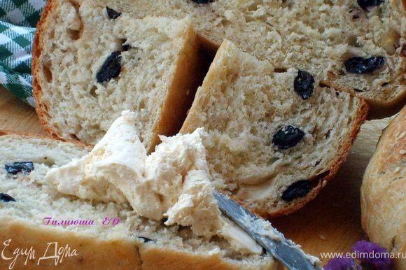 """Вот, наш теплый, вкусный, ароматный,с хрустящей корочкой Хлебушек- готов! Не зря ведь говорят """"Хлеб всему-голова""""!!! Приятно аппетита, друзья мои!)))"""
