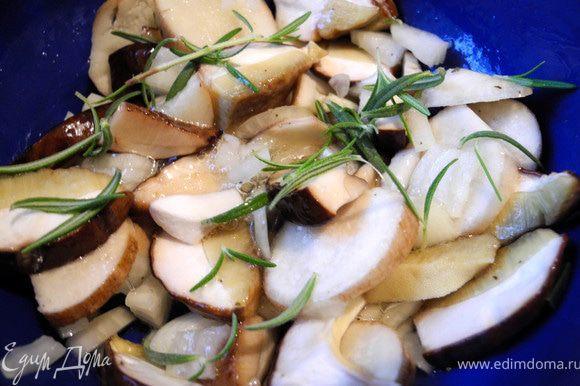 Приготовила начинку: белые грибы порезала достаточно крупно, лук - мелко, хлеб -кубиками, добавила листочки розмарина, белок, тмин, соль - все перемешала.