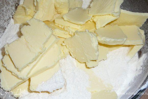 Добавить к муке охлажденное масло.Для этого его или же мелко нарезать или натереть на крупную терку.