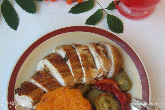 Подавать курицу с запечёнными овощами и тыквенным крем-брюле.Приятного аппетита!