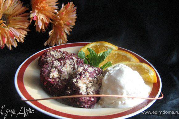 Подавать десерт горячим,со сметанным мороженным,украсив листиками мяты и дольками апельсина.