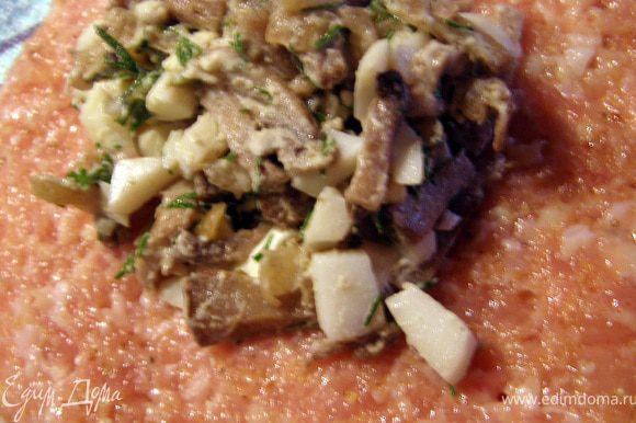 На лепёшку фарша выложить примерно столовую ложку грибной начинки, соединить края, прижав их хорошенько, обвалять зразу в сухарях.