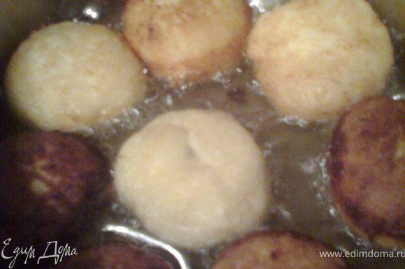 В заранее разогретое масло опускаем пончики и обжариваем с двух сторон.