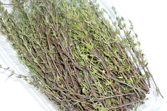С веточек тимьяна оборвать листики.