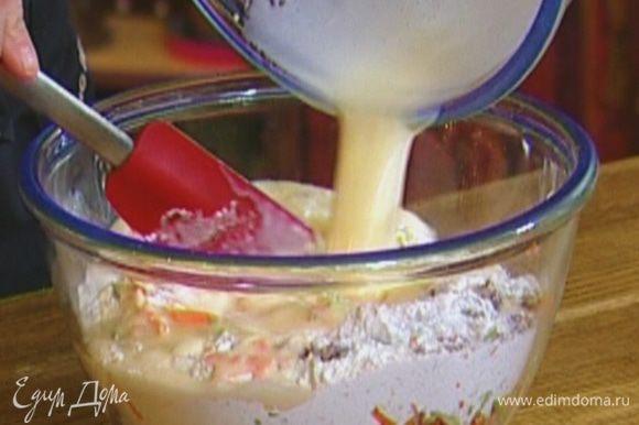 Влить молочную массу в муку с овощами и перемешать.