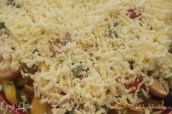выкладываем эту красоту поверх капусты и посыпаем натёртым на мелкой тёрке желтком. Приятного аппетита!