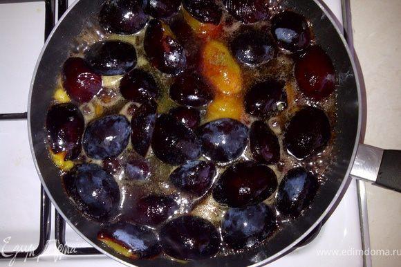 В сковороде растопить масло, выложить сливы срезом вниз, протушить на сильном огне минуты 4-5.