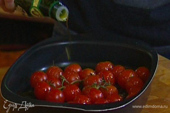Ветку с помидорами выложить в глубокий противень, посолить, поперчить, сбрызнуть 1 ст. ложкой оливкового масла и отправить в разогретую духовку на 15–20 минут.
