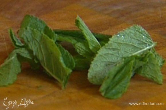 Мяту порвать руками (несколько листьев оставить), добавить к сливкам.