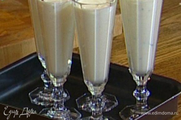 Разлить мусс в бокалы для шампанского и отправить в холодильник на 20-30 минут.