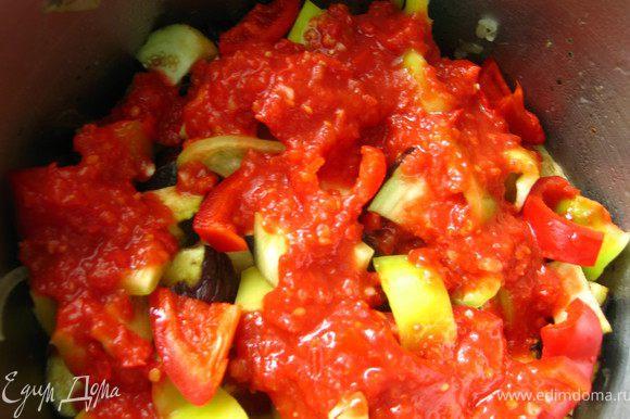 помидоры с чесноком. И заливаем горячей водой на 2/3 от объема овощей. Ставим на огонь. Не мешаем !!