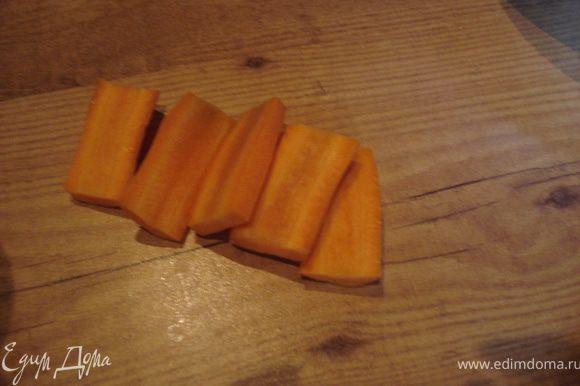 Кроме перечисленных ингредиентов для этой закуски хорош сельдерей, помидоры - черри, отварная спаржа..., но так как этого у меня нет, я обошлась имеющимися у меня овощами. Начинаем процесс с изготовления рыбок из моркови, свеклы и редиса. Вырезаем все фигурки из сырых овощей, а когда фигурки будут готовы, их нужно отварить (свекла, морковь). Нарезаем овощи пластинками.