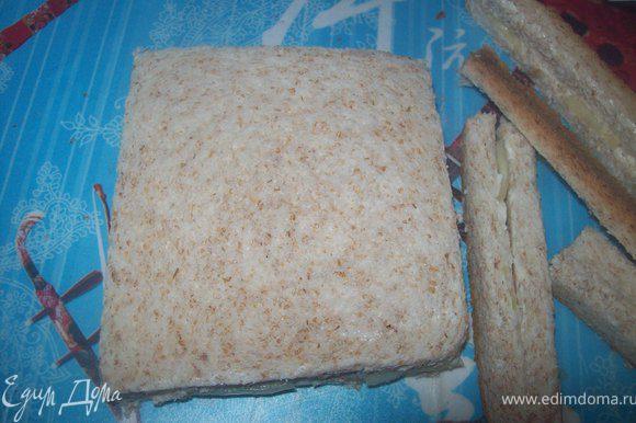 Накрыть хлеб с огурцом вторым ломтиком маслом вниз и срезать корки