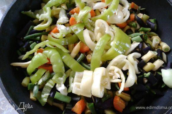 На сухую разогретую сковороду влить немного растительного масла и смазать все стенки. Потом по мере добавления овощей доливать понемногу воду. Тушить под закрытой крышкой на маленьком огне.