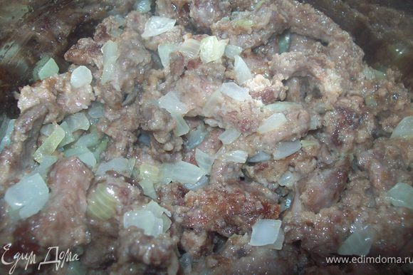 выложить поджаренное мясо к луку и все перемешать