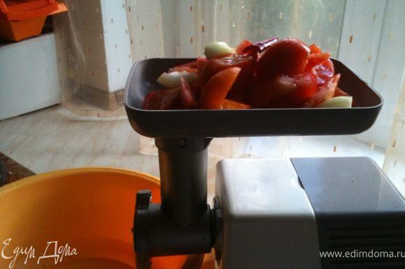 Перекрутить все овощи в мясорубке.