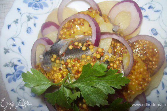 поливаем заправкой салат и украшаем петрушкой