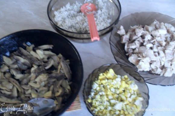 Приготовьте фарши.Для куриного сварите курицу, отделите мякоть от костей, нарежьте ее и заправьте маслом. Для рисового фарша сварите рассыпчатый рис, запрвьте его маслом, добавьте 1/4 ч. рубленных яиц, часть рубленной зелени, соль и перец. Для грибного фарша обжарьте грибы на небольшом кол-ве масла. Яичный фарш приготовьте из рубленных вареных яиц, масла, зелени, соли и перца.