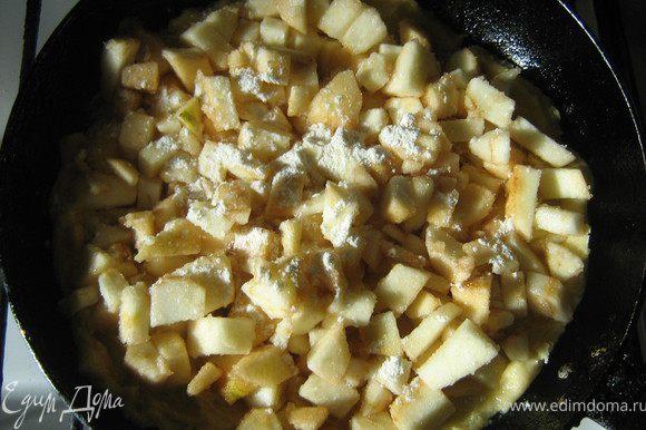 яблоки смешать с сахаром и выложить на тесто, присыпать мукой, выложить на тесто
