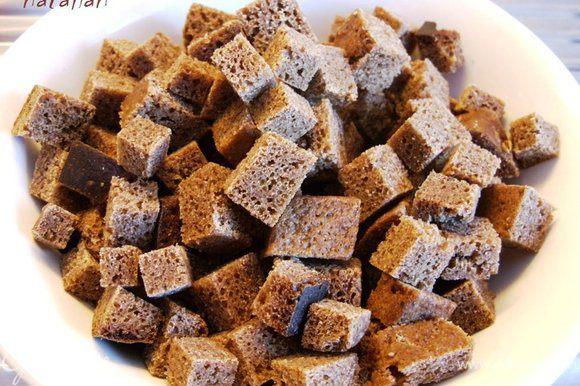 Хлеб порезать на маленькие кубики и сделать из них сухарики.