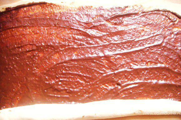 Начинка шоколадная: Растопить шоколад вместе с маслом на водяной бане. Хорошо перемешать, дать остыть до комнатной температуры и намазать на тесто.