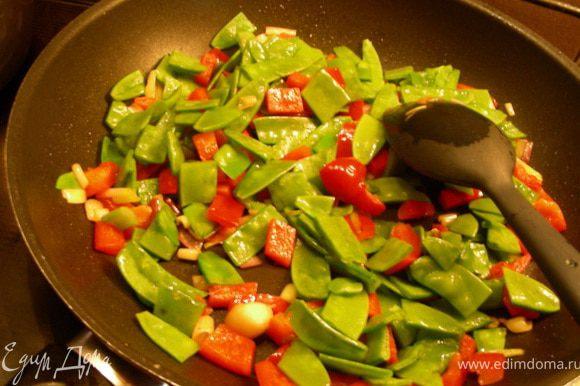Теперь возможны варианты. В журнале предлагают такую последовательность: на горячую сковороду выкладываем курицу и жарим (stir-fry) до коричневого цвета пару минут; затем добавляем пасту-карри, овощи и грибы и +2-3 мин; затем кокосовое молоко и +1-2 мин; кориандр и шпинат и +1-2 мин и подаем. Мне же надо было, чтобы овощи побольше приготовились, поэтому я делала следующим образом. Начинаем с обжарки овощей: на хорошо разогретую сковороду высыпаем перец, головки от зеленого лука (зеленые части я добавляла в конце) и зеленый горошек, и все это хорошенько обжариваем, постоянно помешивая, минут 5.
