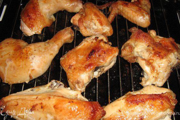 """Курицу замариновать целиком на ночь в смеси лимонного сока,соевого соуса,сухих трав,тёртого имбиря,чёрного перца и несколько капель бальзамического уксуса.Достать замаринованную курицу,разрезать на порционные куски,разложить на решётку-гриль,полить каждый кусочек маринадом и поставить в разогретую до 200С духовку на 30 минут,затем перевести духовку в режим """"гриль"""" и запекать ещё минут 10-15.Приятного аппетита!"""