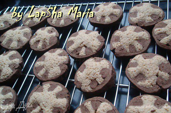 Вытащить противень, подождать 5 минут. Затем переложить печенье на решетку до полного остывания. Приятного аппетита!