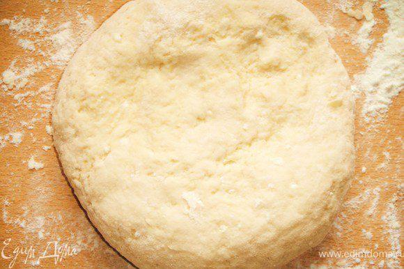 На посыпанный мукой стол выложить тесто, немного месить, пока не станет отходить от рук.