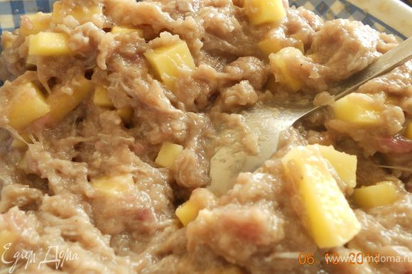 пока тесто отлеживается приготовим начинку: лук режем мелкими кубиками, картофель тоже мелкими кубиками,и смешиваем с готовым фаршем, добавляем тыквенное пюре, солим, перчим и начинка готова