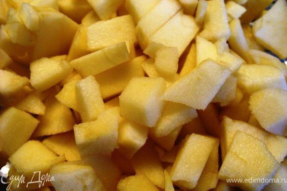 Яблоки почистить и мелко порезать