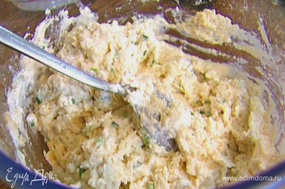 Сделать в муке небольшое углубление, влить молоко и 125 мл воды и вымешать тесто — оно должно быть довольно мягким (если нужно, долить еще немного воды).