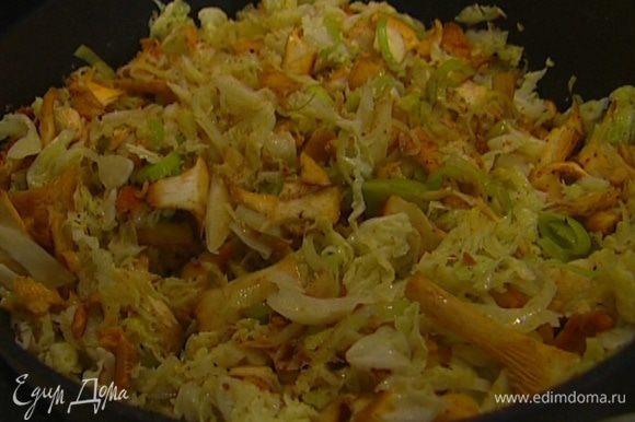 Лисички вымыть, почистить и нарезать соломкой, выложить в сковороду к капусте, добавить соль и смесь нескольких видов перца, перемешать, затем всыпать красный молотый перец и тушить, не закрывая крышкой, еще 7–10 минут.