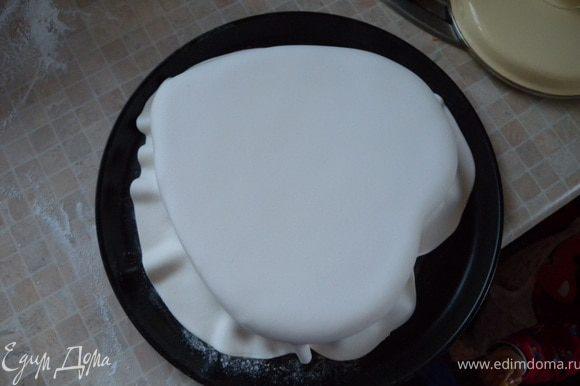 14. Накрыть ею торт и разровнять. Лишнее срезать. И скатать шарики. Уложить их по периметру торта. На верх - ангелы.