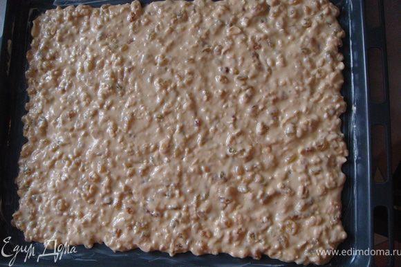 Выложить тесто на смазанный сливочным маслом противень и разровнять. Толщина должна быть 0,5 см. Поставить в разогретую до 200 градусов духовку. Выпекать 15 минут до легкого подрумянивания.
