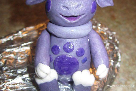 Добавить маленькие фиолетовые кружочки и нарисовать глазки.