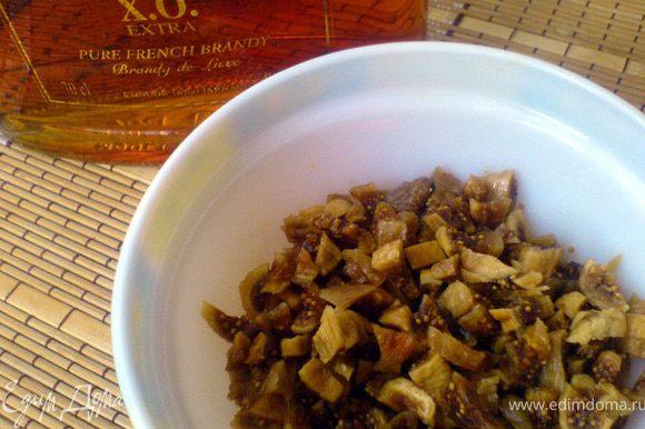 Инжир мелко порезать и замочить на 40 мин в бренди или чёрном чае.