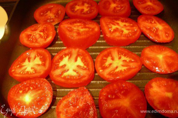 И помидоры. Чеснок выкладыем туда же (целиком).