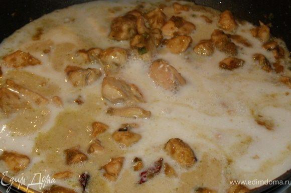 Вливаем кокосовое молоко, перемешиваем, закрываем крышкой и тушим минут 15. За это время курица пропитается тайскими ароматами.